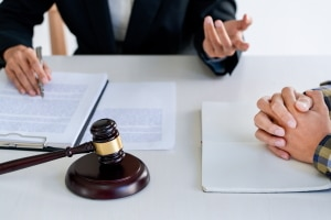 Bevor Sie einen Antrag auf Einstellung der Zwangsvollstreckung stellen, sollten Sie sich von einem Anwalt beraten lassen.