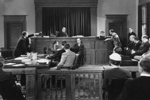 Bevor der Vermieter Antrag auf Zwangsräumung stellen kann, muss er einen Räumungstitel vor Gericht erwirken, also ein entsprechendes Urteil.