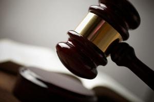 Der Gläubiger muss seinen Titel und einen Auftrag beim Gerichtsvollzieher einreichen.