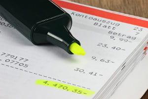 Die Nutzung von einem Dispo kann enorme Schulden verursachen, weil Banken für diesen Kredit sehr hohe Zinsen verlangen.