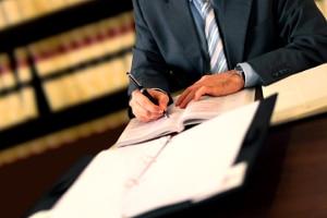 Nach Eröffnung der Firmeninsolvenz analysiert der Insolvenzverwalter die finanzielle Situation des Unternehmens.
