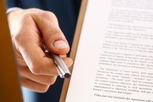 Einen Forderungskaufvertrag sollten die Beteiligten nicht ungeprüft unterzeichnen.