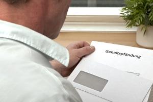 Bei einer Gehaltspfändung berechnet der Arbeitgeber den pfändbaren Betrag des Lohns.