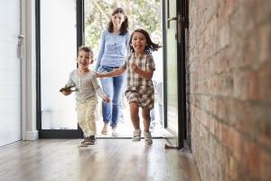 Geld sparen mit der Familie: Wer sein Kind beim Einkauf zu Hause lässt, spart u. U. ein paar Euro.