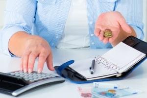 Haushaltsplan: Ausgaben können Sie direkt beim Kauf oder aber später zuhause eintragen.
