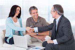 Unter Umständen lässt sich eine Insolvenz abwenden, wenn die Gläubiger einem Plan zur Schuldenbereinigung zustimmen.