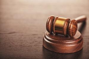 Das Insolvenzgericht entscheidet über den Eröffnungsantrag.