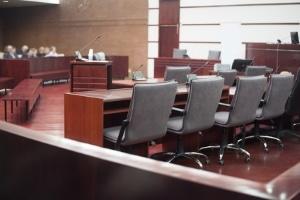 Das Insolvenzgericht leitet die Gläubigerversammlung, die vom Gläubigerausschuss einberufen werden kann.