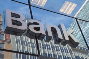 Um der vollständigen Kontosperrung zu entgehen, können Sie bei der Bank ein Pfändungsschutz-Konto einrichten lassen.