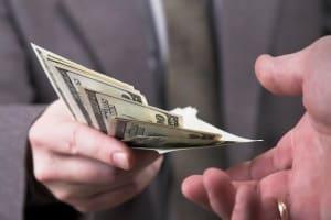 Einen Kredit für Schulden aufzunehmen, ist in der Regel nicht empfehlenswert.