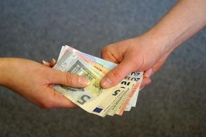 Bei der Lohn- und Gehaltspfändung wird der pfändbare Teil des Einkommens direkt an den Gläubiger ausgezahlt.