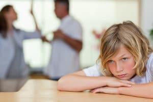 Zahlt der unterhaltspflichtige Elternteil nicht, besteht die Möglichkeit der Lohnpfändung wegen verweigertem Kindesunterhalt.