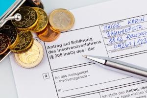 Schuldner, die eine Restschuldbefreiung beantragen, müssen ihr pfändbares Einkommen bei ihrer Privatinsolvenz abtreten.