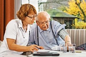 Privatinsolvenz als Rentner: Auch im Alter sind Menschen vor Überschuldung nicht sicher.