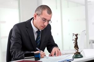 Wenn Sie Privatinsolvenz beantragen möchten, müssen Sie ein vollständiges Gläubigerverzeichnis erstellen. Hierbei kann Ihnen ein Anwalt helfen.