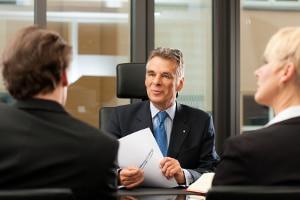 Wer eine Privatinsolvenz im Ausland anstrebt, sollte sich im Vorfeld von einem spezialisierten Anwalt genau beraten lassen.