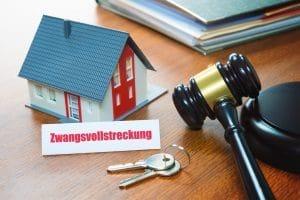 Sind Privatinsolvenz und Eigentumswohnung miteinander vereinbar? Meistens gerät die Immobilie unter den Hammer.
