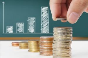 Ratenzahlung allein verursacht noch keine schlimmen Folgen von Schulden. Erst bei Zahlungsunfähigkeit wird die Situation brenzlig.