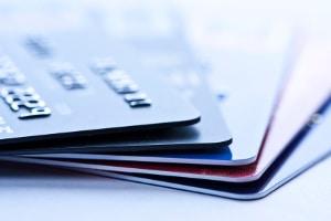 Zu viele Kreditkarten oder Konten können sich negativ auf den SCHUFA-Basisscore auswirken.