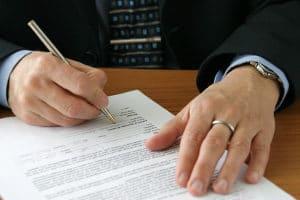 Das Schuldanerkenntnis beinhaltet die Erklärung des Schuldners, dass er eine bestimmte, bereits bestehende Schuld anerkennt.