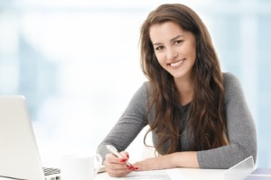 Bei Schulden können Jugendliche sich an Schuldnerberatungsstellen wenden, die zum Teil kostenlos beraten.