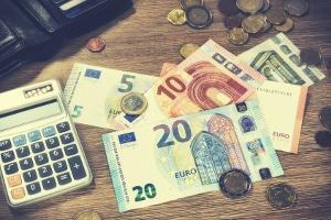 Sie können Schulden vermeiden, indem Sie sich Ihr monatliches und wöchentliches Budget einhalten.