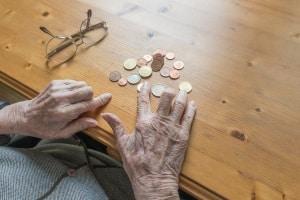 Der Selbstbehalt in der Privatinsolvenz hat für Rentner die gleiche Höhe wie für Erwerbstätige.