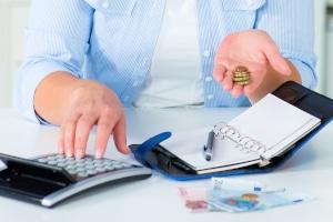 Einer der wichtigsten Spartipps ist das Haushaltsbuch, weil Sie damit den finanziellen Überblick behalten.