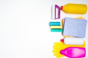 Spartipps im Haushalt: Nicht völlig kostenlos, aber sehr viel billiger sind selbst hergestellte Reinigungsmittel.