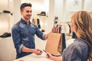 Die Ursachen für Dispo-Schulden liegen oft  in einem falschen Konsumverhalten, bspw. wenn Verbraucher über ihre Verhältnisse leben.