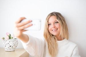 Die Verschuldung vieler Jugendlicher geht auf hohe Konsumausgaben zurück, etwa für Smartphones.