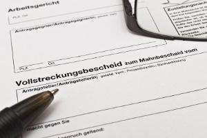 Der Gläubiger kann die Vorpfändung veranlassen, ohne dass der Titel dem Schuldner bereits zugestellt wurde.