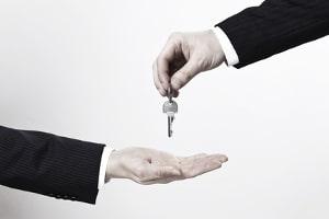 Was passiert bei einer Zwangsräumung? Der Gerichtsvollzieher lässt die Schlösser austauschen und übergibt dem Vermieter die neuen Schlüssel.