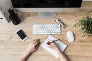 Wie erstelle ich einen Haushaltsplan? Möglich ist es auf Papier, am Computer oder auf dem Smartphone.