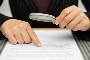 Wollen Sie auf einer Zwangsversteigerung einen Bauernhof oder ein Haus ersteigern, sollten Sie zuvor das Gutachten genau studieren.