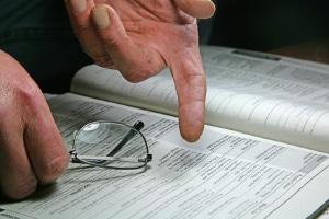 Die Anordnung der Zwangsversteigerung wird meist im Grundbuch vermerkt.