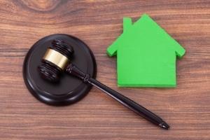 Die Zwangsvollstreckung in Immobilien trifft Schuldner meist hart.